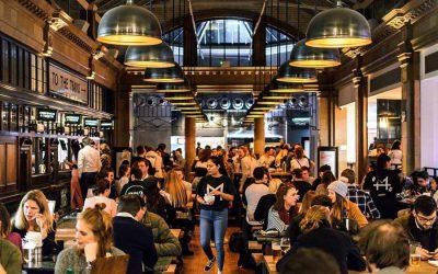La sala del Fulham Market a Londra, piena di avventori seduti ai tavoli comuni
