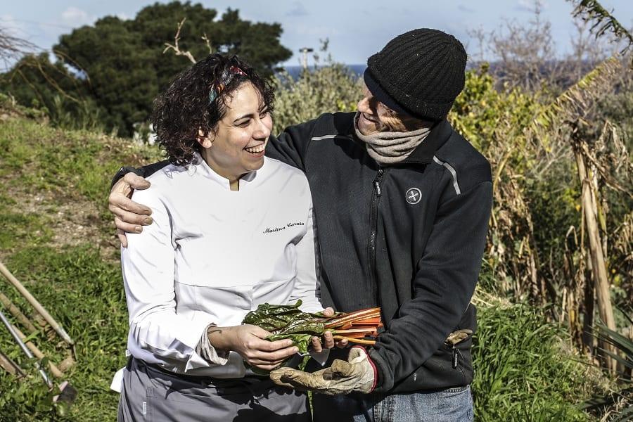 Martina Caruso con il papà nei campi