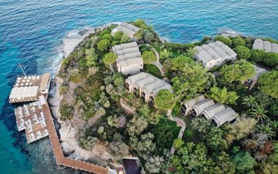 Il Club Marvy di Smirne visto dall'alto, circondato dal mare