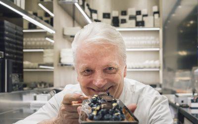 Iginio Massari presenta un dolce al cioccolato