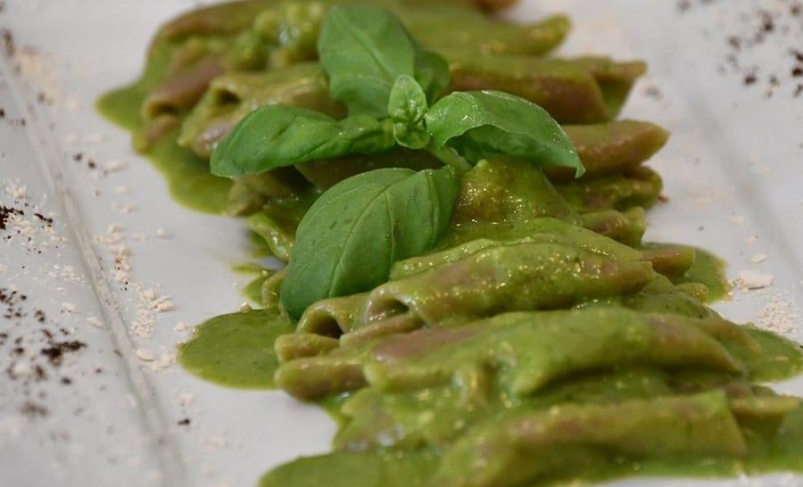 Pasta al pesto con foglie di basilico
