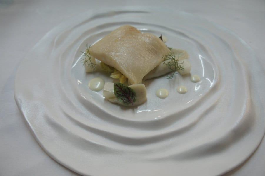 Merluzzo al miso, topinambur, daikon e verza – Siriola dell'Hotel Ciasa Salares, San Cassianon (BZ)