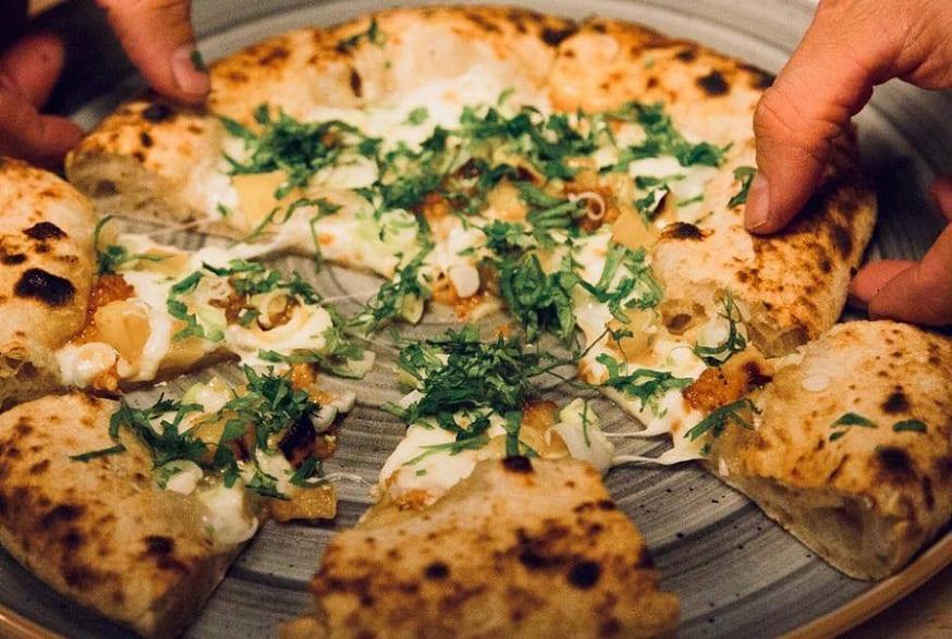 una pizza tonda da Crosta, Milano