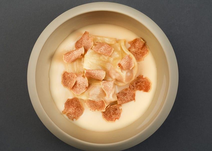 un piatto di Serica con panna e tartufo