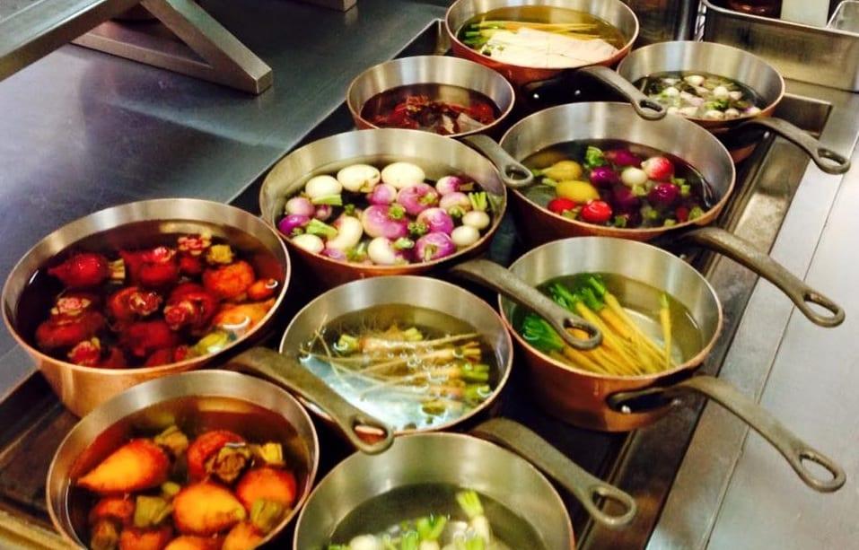 Verdure in pentola nella cucina di Philippe Mille