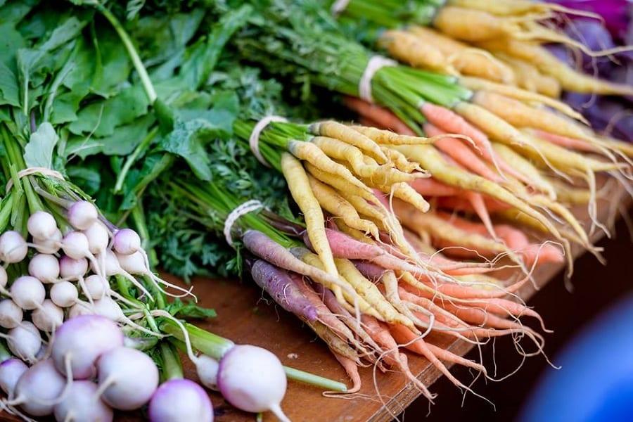 Rape, carote e cipolle a mazzi su un tavolo