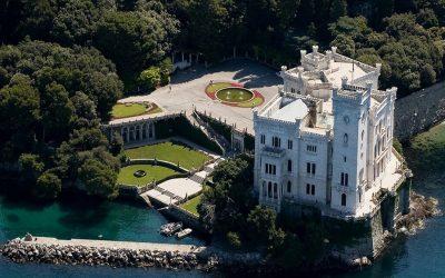 Il castello di Miramare visto dall'alto, con il parco che lo circonda