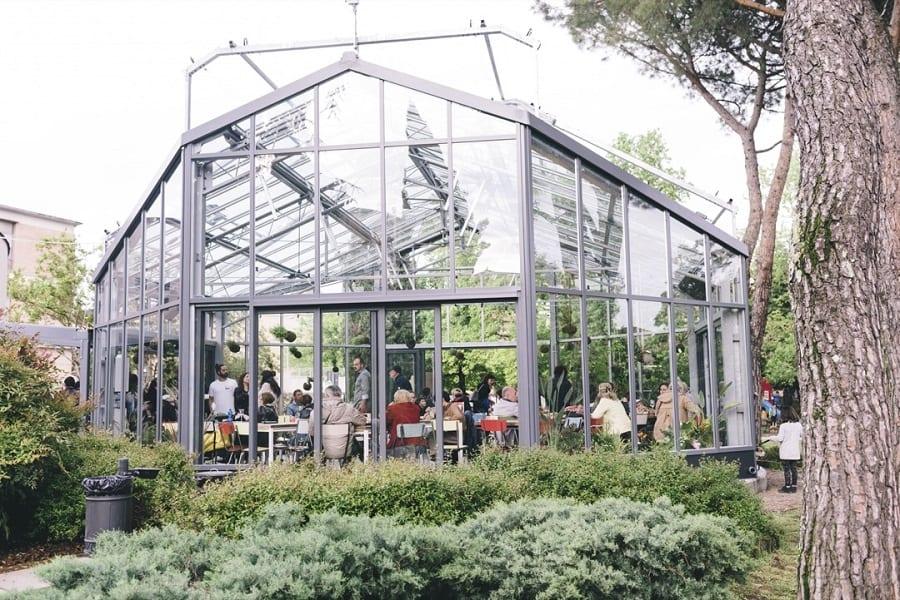 la serra del ristorante montuliveto vista dall'esterno, nel verde