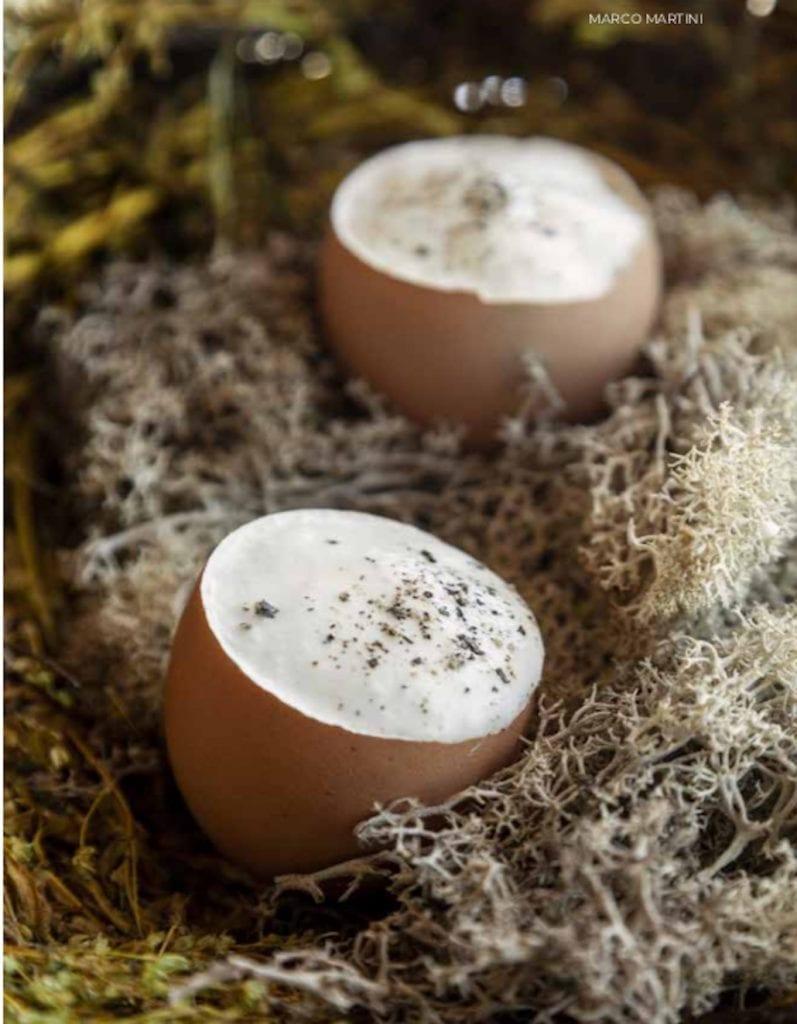 Nascita della carbonara di Marco Martini, servota nel guscio d'uovo posato nella paglia. Foto Andrea Di Lorenzo
