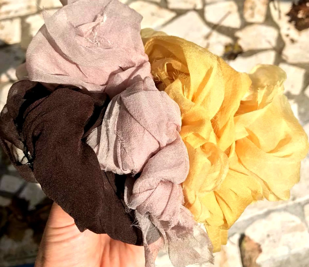 Nido di seta_colorazioni naturali_tartufo nero di Calabria, bacche di sambuco e iperico,