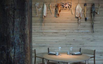 La sala del Noma, con tavolo e parete in legno