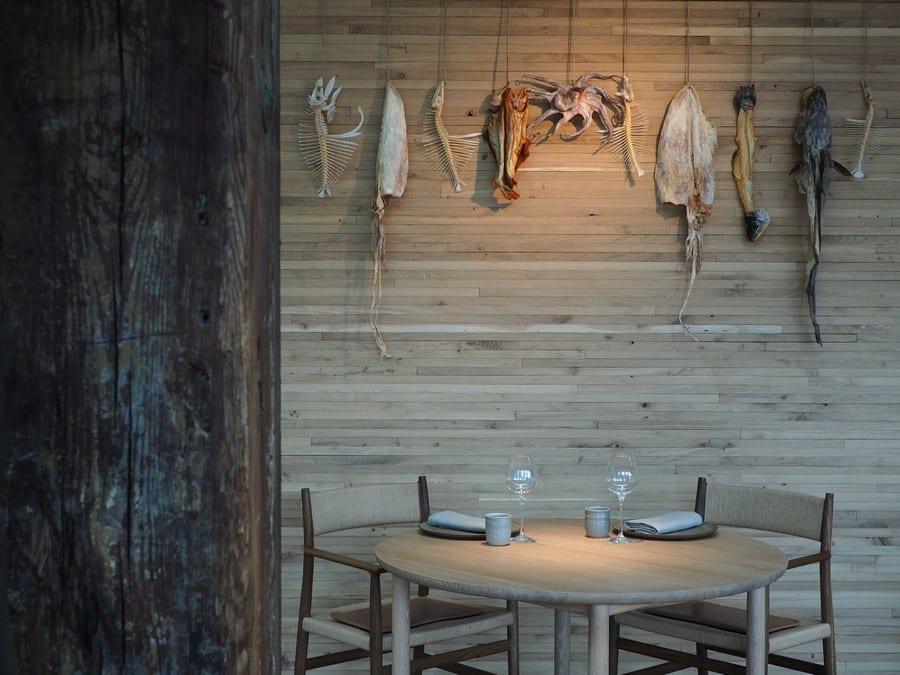 Dettagli del Noma (sedie e tavolo)