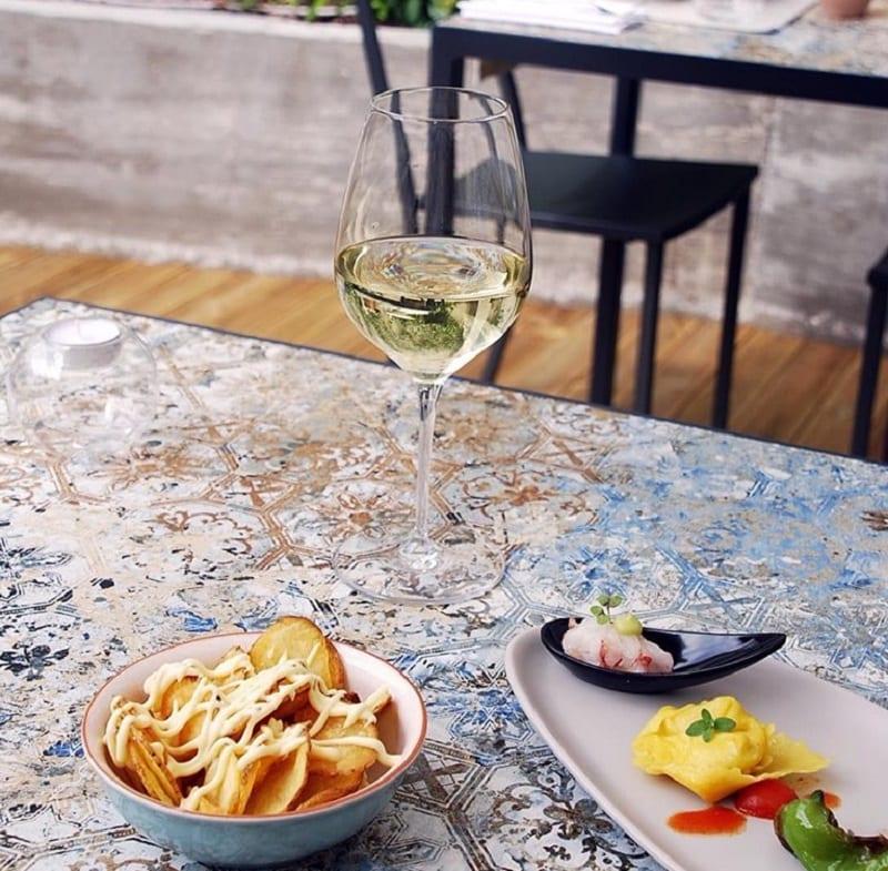 Vino e snack per l'aperitivo da Particolare a Milano