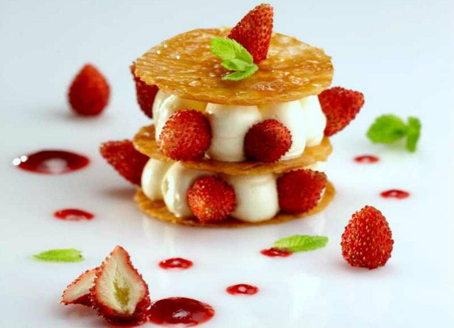 dolce fatto con la pasta sfoglia, crema e fragole