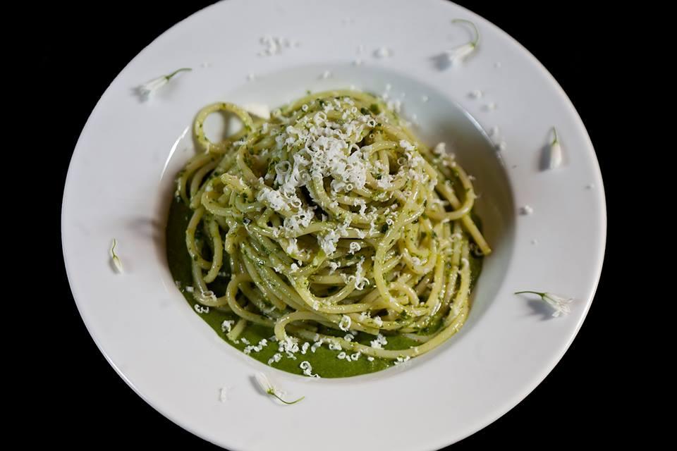 Foto di Lido Vannucchi. Spaghetti con pesto di aglio orsino e noci, su salsa di stridoli