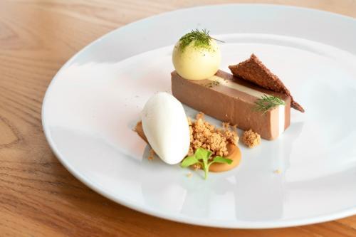 Cremino al cioccolato, gelato di fiordilatte salato e cioccolatino al passion fruit