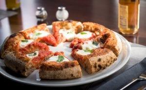 La pizza margherita di Berberè, tagliata a spicchi