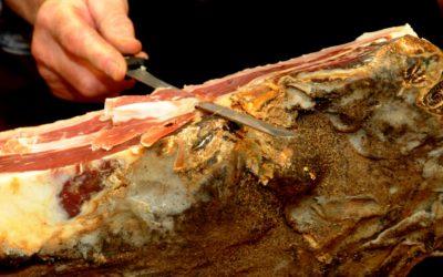 taglio a coltello del prosciutto crudo