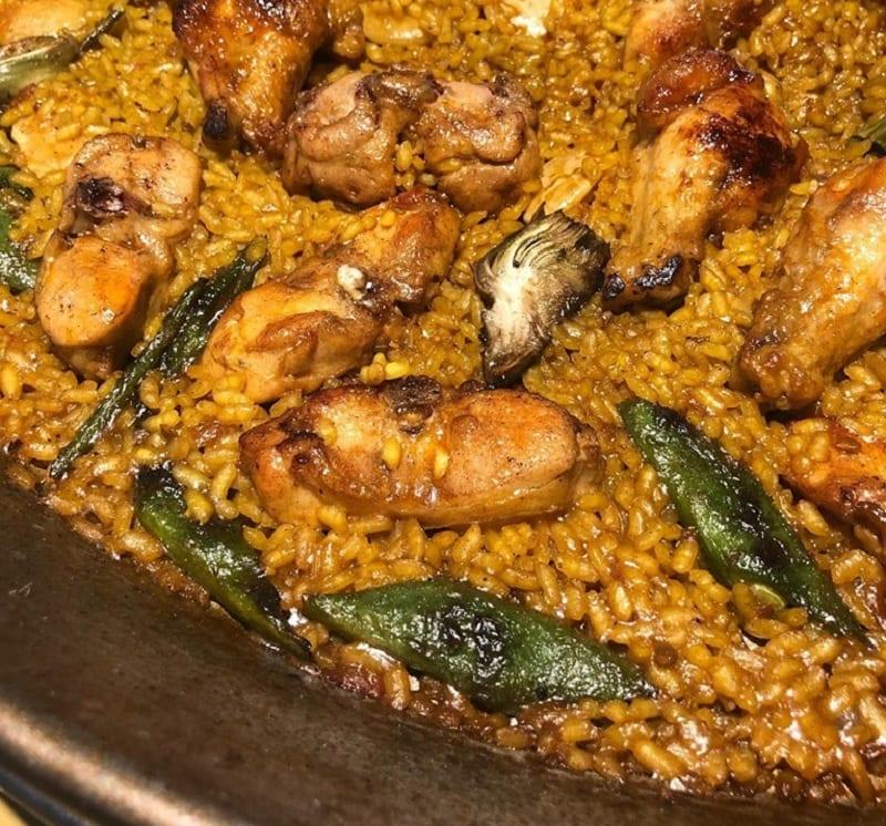 Paella di riso con carne e peperoni