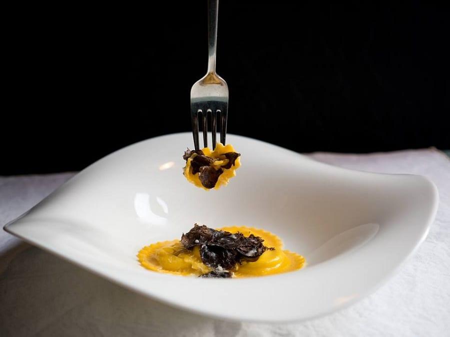 Un piatto di ravioli ripieni di parmigiano di Cristina Bowerman, con forchetta che ne infilza uno