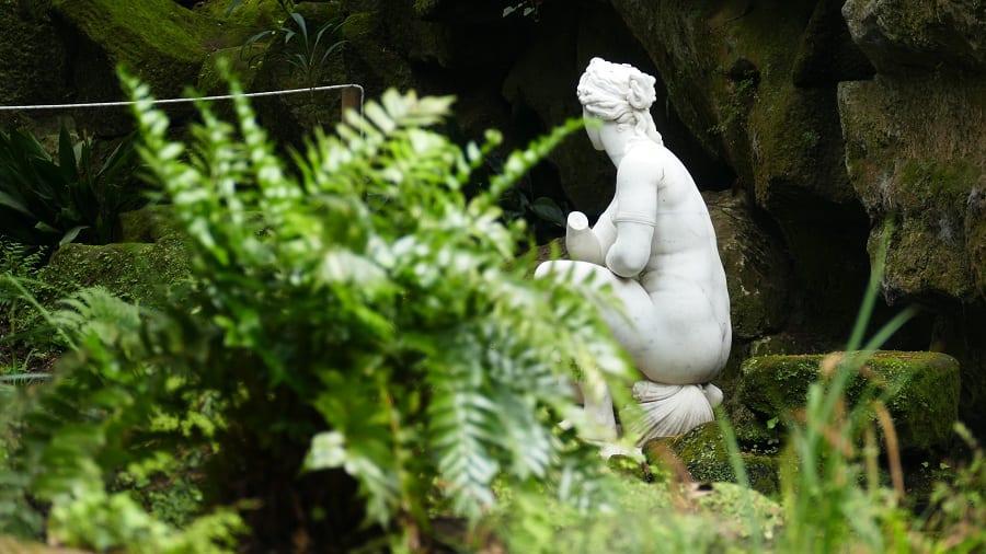 Il giardino della Reggia di Caserta, particolare di una statua con Venere al bagno e felce in primo piano