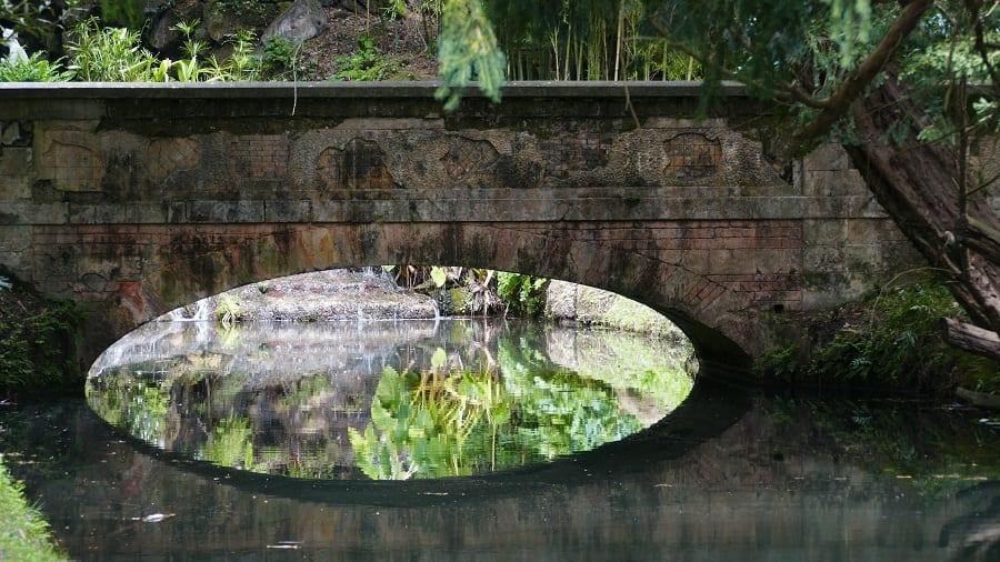 Il giardino della Reggia di Caserta: ponte che si riflette in uno specchio d'acqua