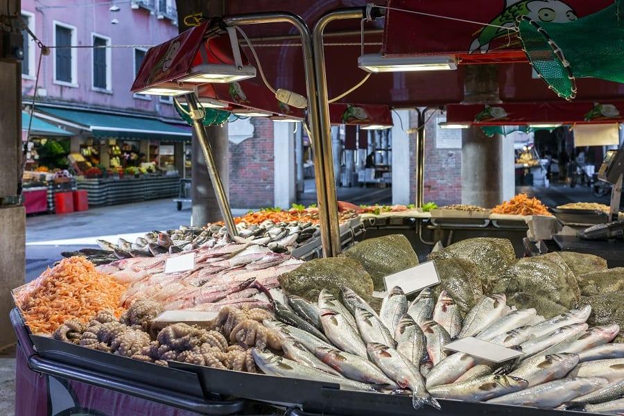 Un banco del pesce al mercato di Rialto