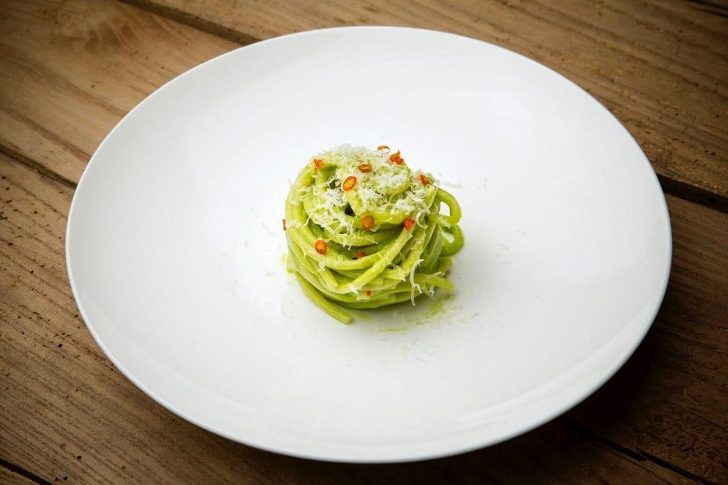Spaghettoni con aglio Orsino, pecorino di Scanno e peperoncino del nostro orto. Un piatto di Mammaròssa