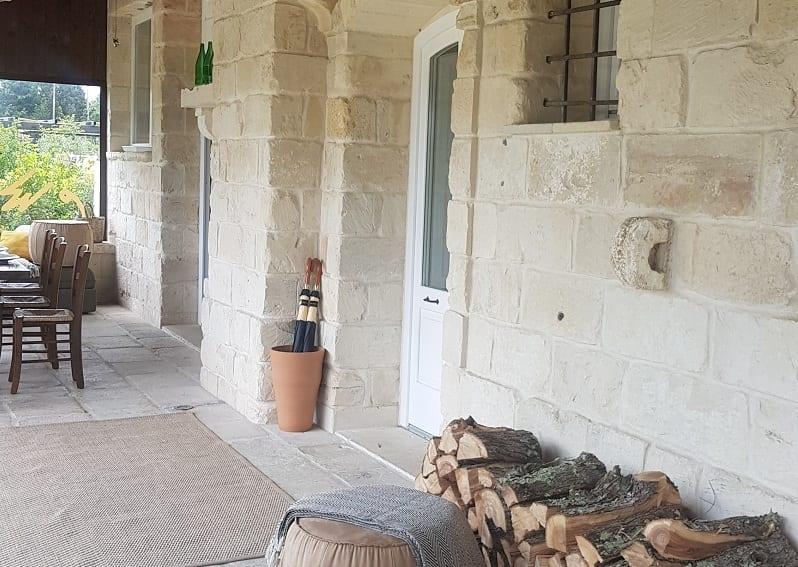 L'ingresso di Roots, sotto al patio in pietra