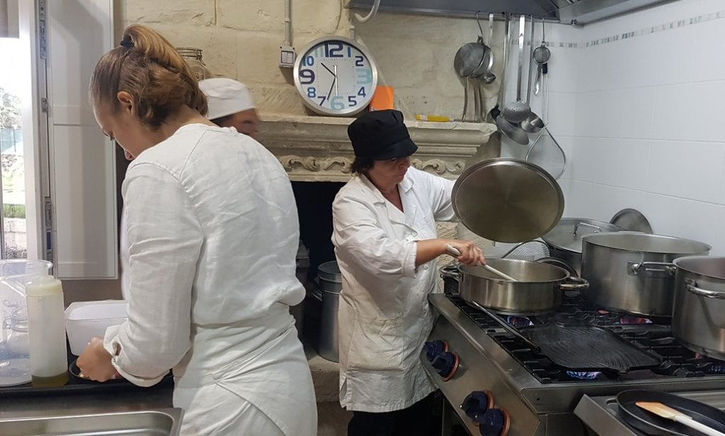 La cucina di Roots, con Isabella Potì e mamma Caterina ai fornelli