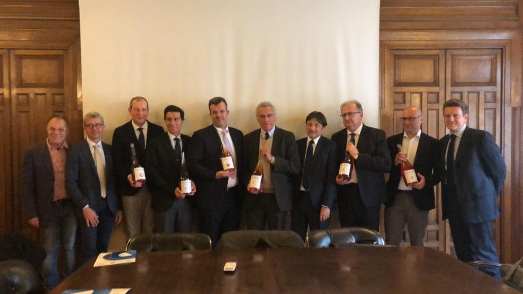 Rosautoctono - foto di gruppo con i rappresentanti dei sei consorzi aderenti di vini rosati all'istituto