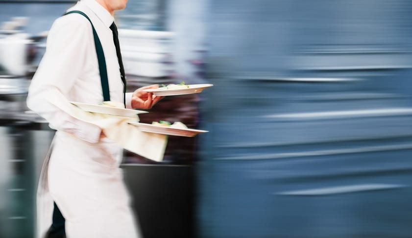 Un cameriere in movimento durante il servizio al ristorante