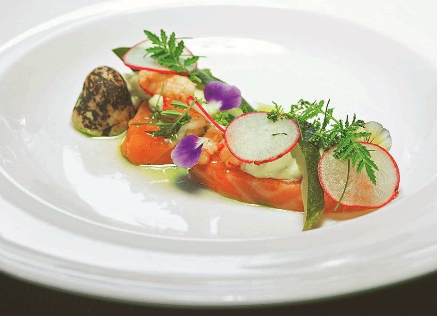 Salmone salato con patate affumicate, maionese di cetriolo e salsa di cetriolo. Piatto del ristorante Ludu di Turku