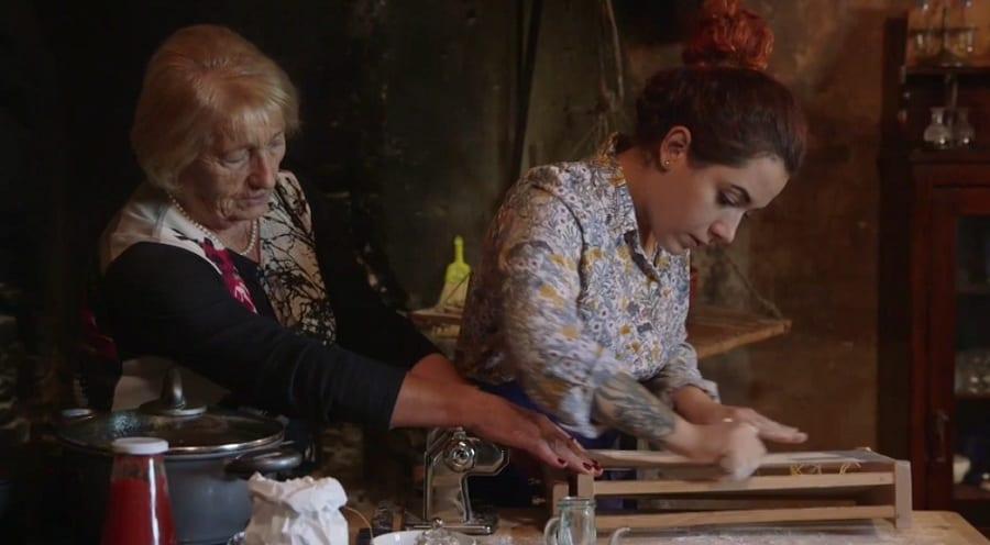 Sarah Cicolini a sua nonna fanno la pasta alla chitarra nella cucina del castello di Semivicoli