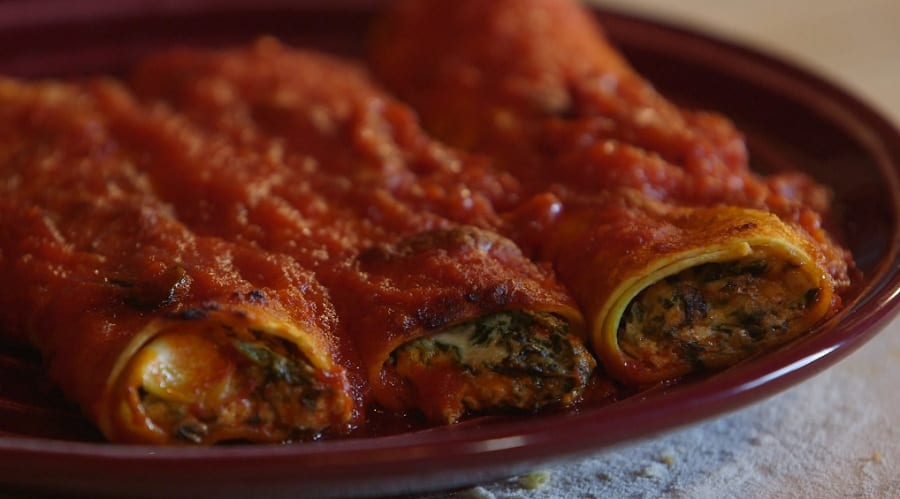 tre cannelloni ricotta e spinaci al pomodoro
