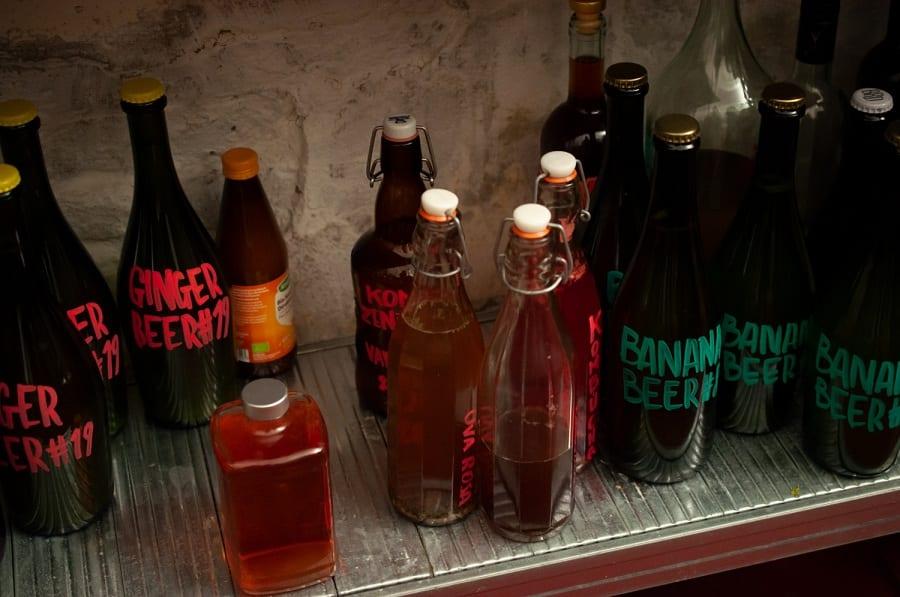 Le bottiglie di infusi e bitter della casa di Scarto