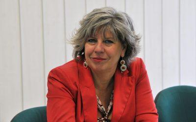 Simona Caselli fotografata a mezzo busto, con giacca rossa