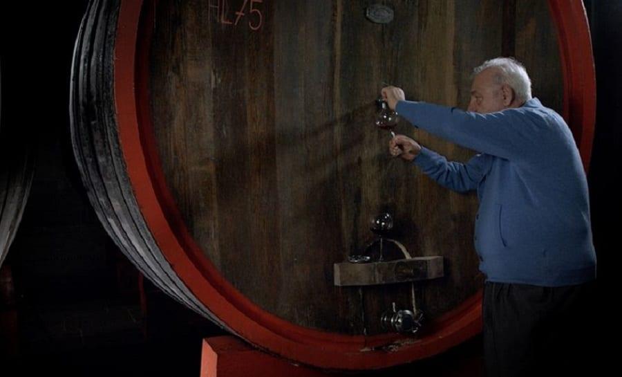 Gianfranco Soldera in cantina, mentre assaggia il vino dalla botte