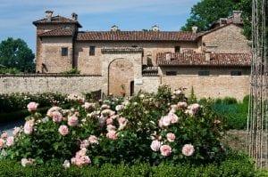 L'antica corte Pallavicina con le rose in fiore in giardino