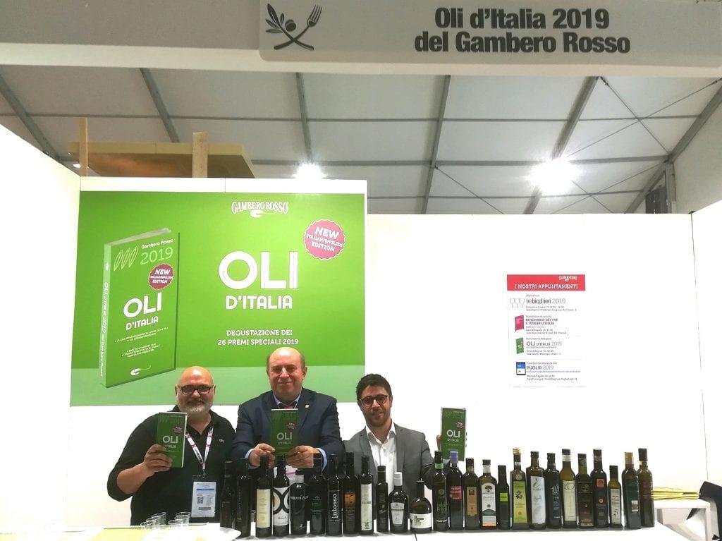 Lo stand del Gambero Rosso al Sol con Giulio Perugini, Indra Galbo, Stefano Polacchi della guida Oli d'Italia