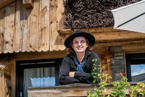 Marc Veyrat affacciato sul balcone in legno del suo ristorante a Manigod