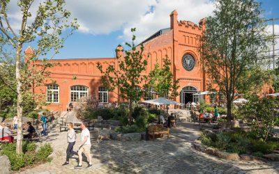 L'edificio in mattoni rossi di Stone Brewing Berlin visto dal giardino