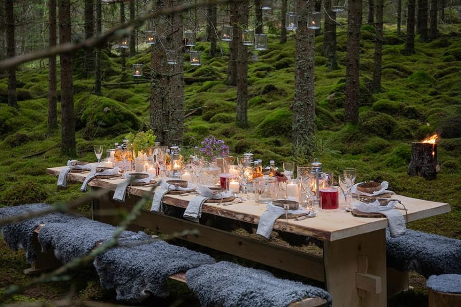 Un tavolo imbandito nel bosco in Svezia