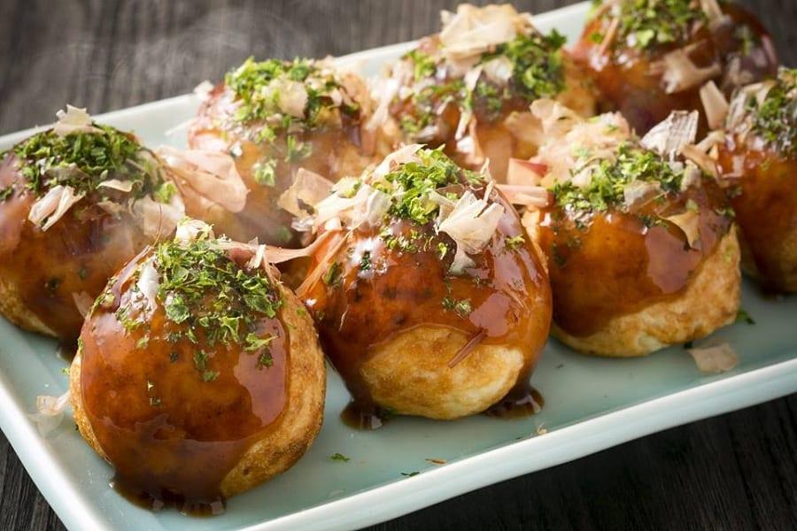 I takoyaki di polpo tipici di Osaka: polpette fritte di polpo con katsuobushi
