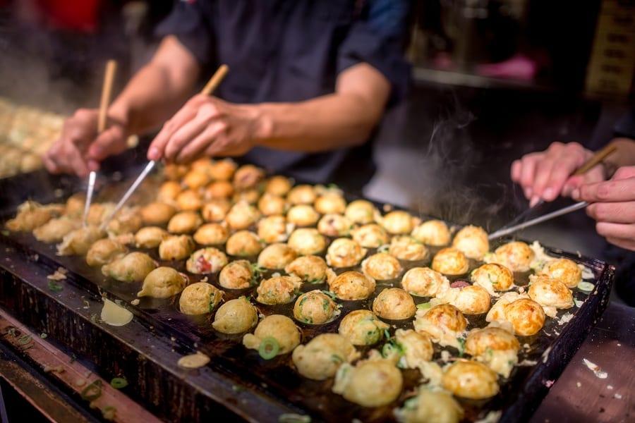 La piastra in ghisa per i takoyaki in cottura