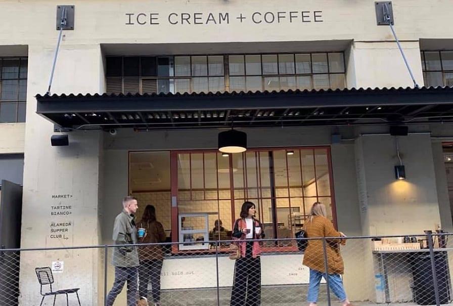 La finestre per servire gelato e caffè take away di Tartine e tre avventori