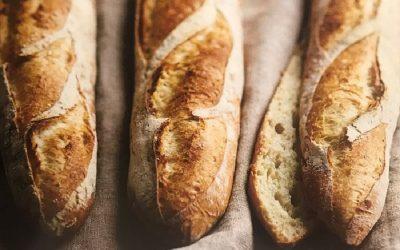 Tre filoni di pane su un tovaglia di lino grezzo