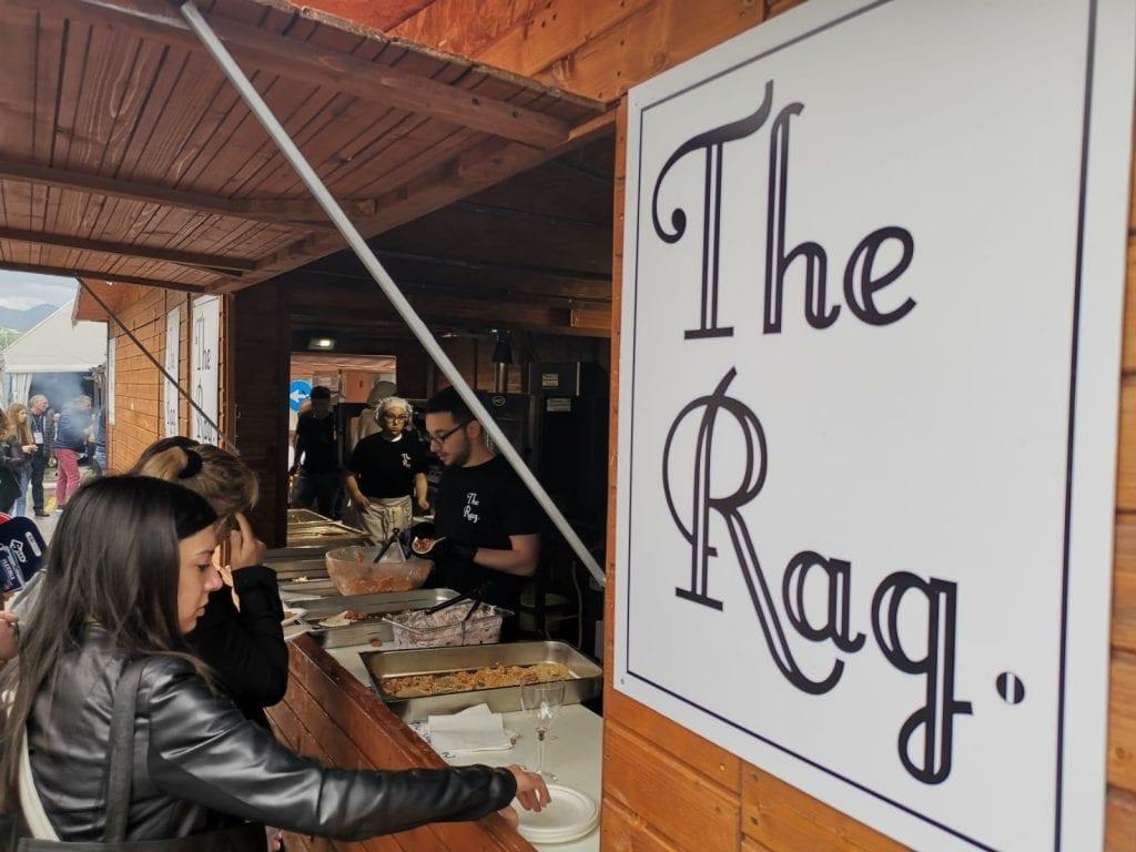 lo stand di The Rag, street food itinerante, in un mmomento di lavoro