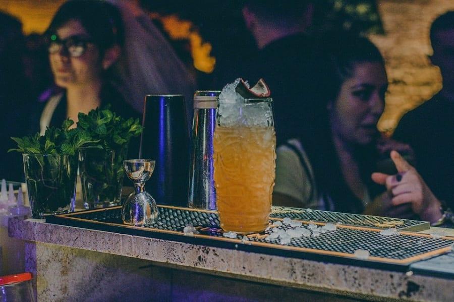 Un cocktail sul bancone del Makutu tiki bar
