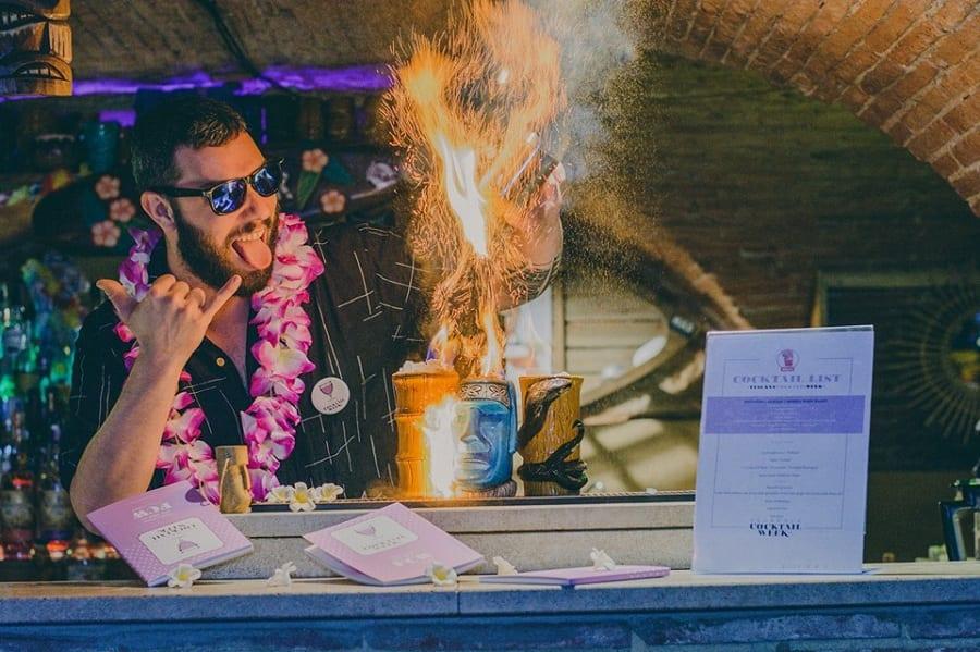 Nicolò Pedreschi al bancone del bar con un cocktail infiammabile